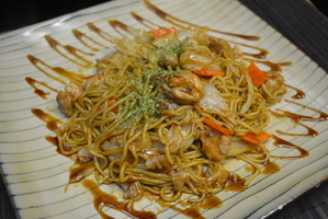 fried japanase noodles with yakisoba sauce and chicken
